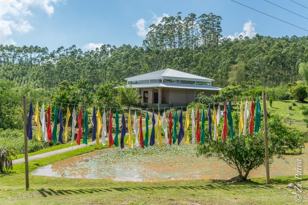 Templo em planalto verde com varal de bandeirolas a frente